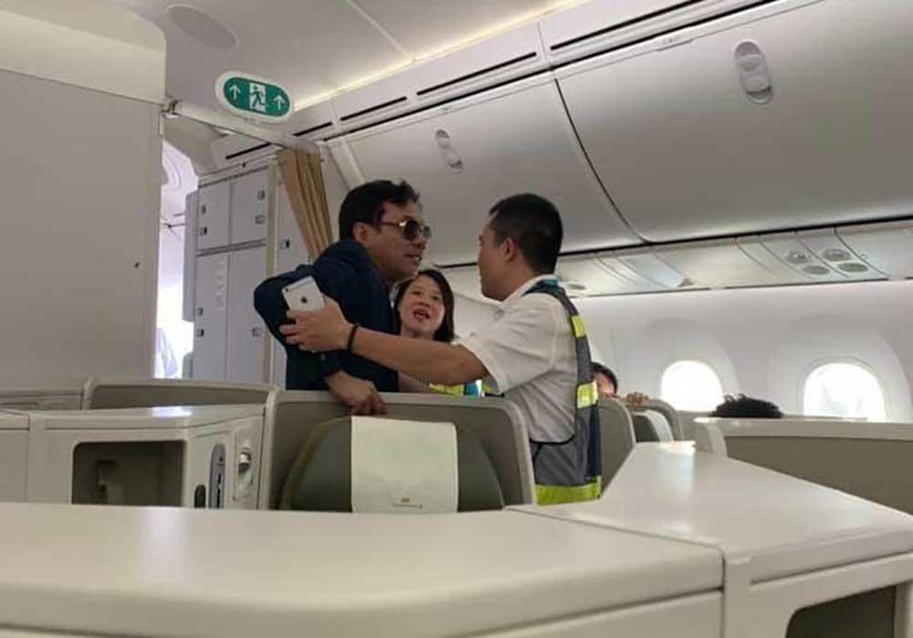 Tổng giám đốc địa ốc Đất Lành sàm sỡ nữ hành khách trên máy bay