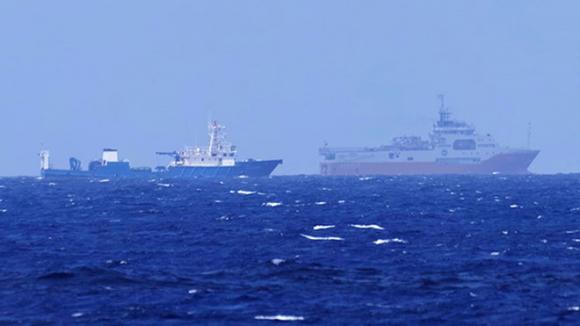 Tàu Hải Dương 8 và tàu hộ tống đang khảo sát phi pháp tại khu vực bãi Tư Chính của Việt Nam /// Ảnh ngư dân cung cấp