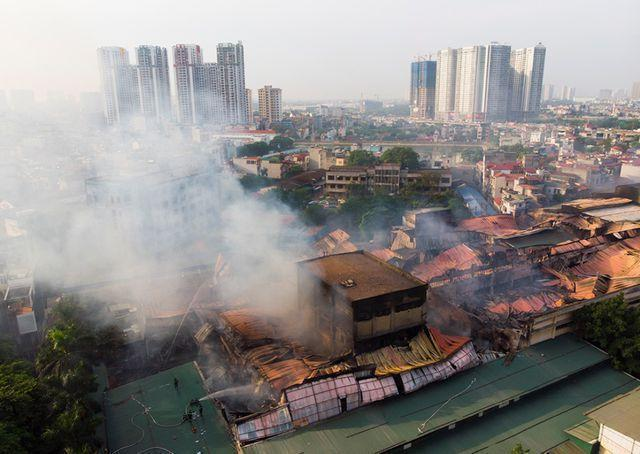 Lãnh đạo Tổng cục Môi trường đeo mặt nạ phòng độc đến hiện trường vụ cháy Công ty Rạng Đông - 2
