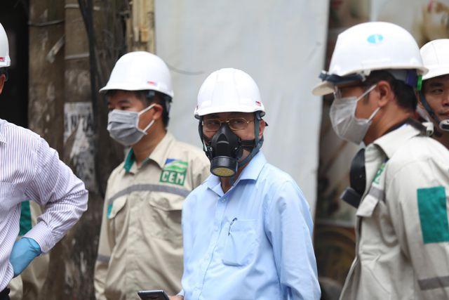 Lãnh đạo Tổng cục Môi trường đeo mặt nạ phòng độc đến hiện trường vụ cháy Công ty Rạng Đông - 1