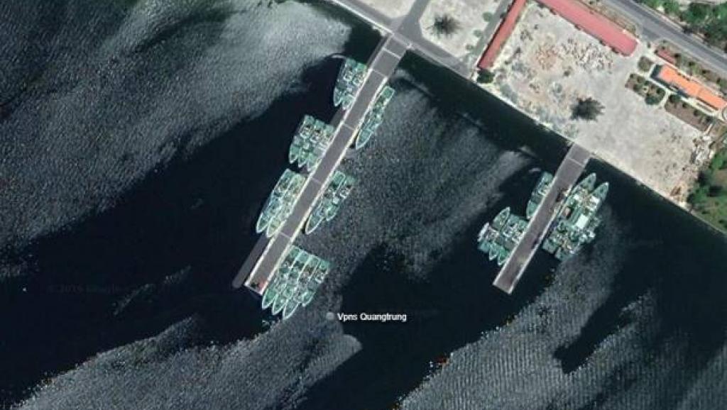 Dường như tàu Quang Trung neo đậu tại căn cứ của lực lượng chấp pháp biển ở Cam Ranh (Ảnh chụp từ tài khoản Twitter của Ryan Martinson)