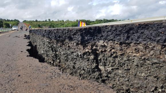 Đường 250 tỉ mới nghiệm thu đã nứt toác như bị động đất - Ảnh 1.