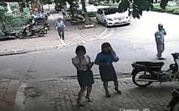 Ảnh cắt từ clip vụ việc liên quan đến bà Lê Mai Trang lớn lệnh gọi Chủ tịch Phường ra giữ xe cho bà đi ăn.