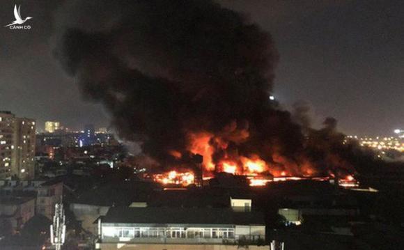 Hình ảnh vụ cháy tại Công ty Rạng Đông.
