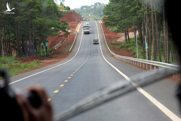 """Con đường rộng 12m được trải nhựa đen bóng, uốn lượn qua những sườn đồi đất đỏ khiến nhiều tài xế lần đầu qua đây phải """"ngây ngất""""."""