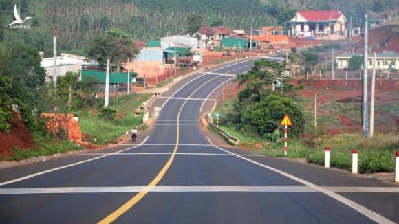 Quốc lộ 14 đoạn từ thị xã Đồng Xoài (Bình Phước) tới thành phố Kon Tum dài gần 600km