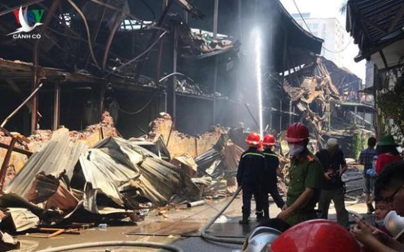 Vụ cháy kinh hoàng tại Công ty Rạng Đông, Cảnh sát PCCC không hề được thông báo để mang đồ chống độc, quần áo bảo hộ khi tham gia dập lửa.