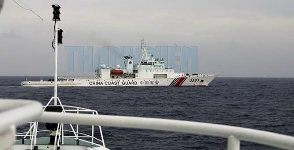 Tàu hải cảnh 3501 của Trung Quốc ngăn cản trước mũi tàu lực lượng chấp pháp Việt Nam đang làm nhiệm vụ ngăn chặn, xua đuổi tàu Hải Dương Địa chất 8 tại khu vực Tư Chính - Phúc Tần Ảnh: Ngư dân cung cấp