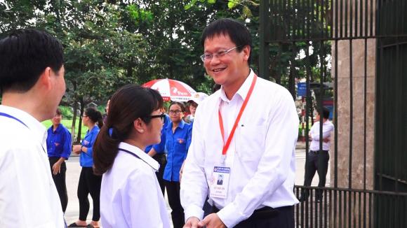 Thứ trưởng Lê Hải An hỏi chuyện các thí sinh ở Hưng Yên trong kỳ thi THPT quốc gia năm 2019. Ảnh: Anh Phú