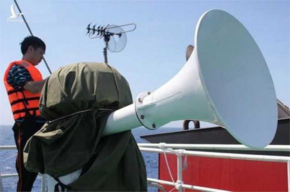 Các chiến sĩ của ta bảo vệ hệ thống loa phóng thanh để đấu tranh phản đối Trung Quốc xâm phạm chủ quyền biển.