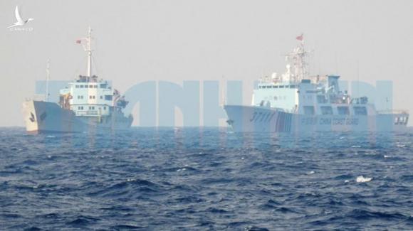 Tàu của lực lượng chấp pháp Việt Nam (trái) đấu tranh ngăn cản tàu Hải cảnh 37111 của Trung Quốc trên vùng biển Tư Chính - Phúc Tần, cuối tháng 9.2019. Hải cảnh 37111 là tàu bảo vệ cho tàu Hải Dương Địa chất 8 khảo sát trái phép trong vùng đặc quyền kinh tế của Việt Nam