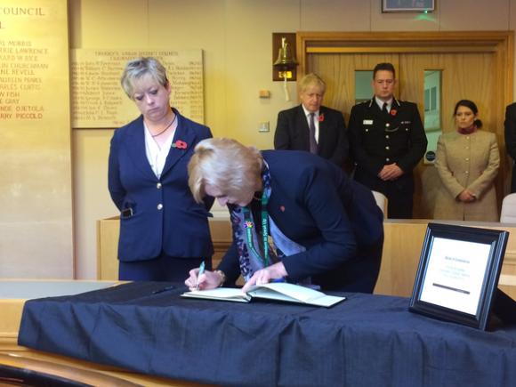 Thủ tướng Anh tới hiện trường vụ án, viết lời chia buồn - Ảnh 4.