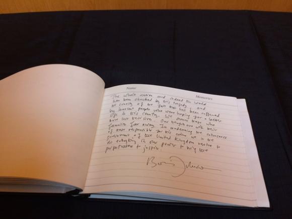 Thủ tướng Anh tới hiện trường vụ án, viết lời chia buồn - Ảnh 2.