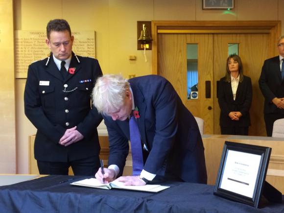 Thủ tướng Anh tới hiện trường vụ án, viết lời chia buồn - Ảnh 1.