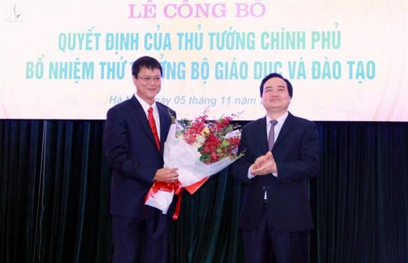 Ông Lê Hải An (tay trái) trong buổi nhận chức Thứ trưởng Bộ giáo Dục Đào tạo.