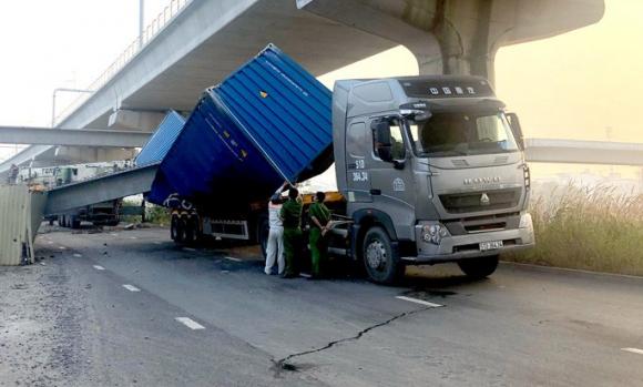 TP HCM: Xe container kéo sập cầu bộ hành trước cổng Suối Tiên - Ảnh 2.