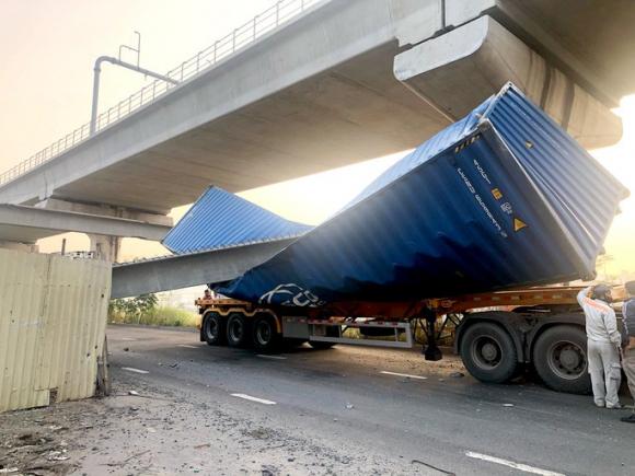 TP HCM: Xe container kéo sập cầu bộ hành trước cổng Suối Tiên - Ảnh 5.