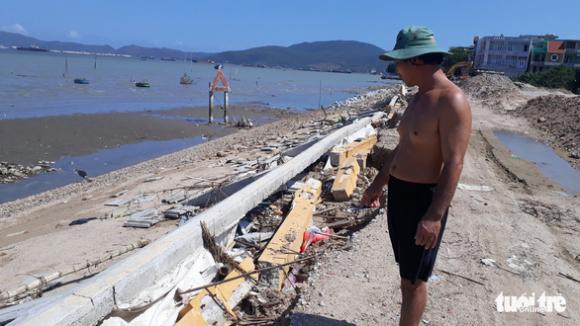 Kè sông 12 tỉ vừa xây xong sập gần hết, lộ ra nhiều chỗ không cốt thép - Ảnh 4.