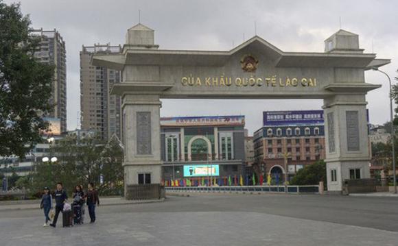 Trung Quốc trao trả 4 công dân Việt Nam có dấu hiệu sốt về nước điều trị - Ảnh 1.