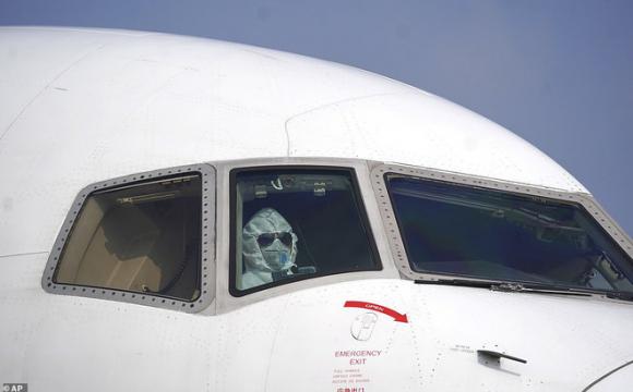 Máy bay sơ tán công dân Mỹ khỏi Vũ Hán bị buộc đáp xuống sân bay quân sự vào phút chót