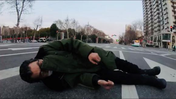 Người đàn ông bị ngã trên đường phố Vũ Hán nhưng không ai dám đến đỡ dậy /// Ảnh chụp từ clip