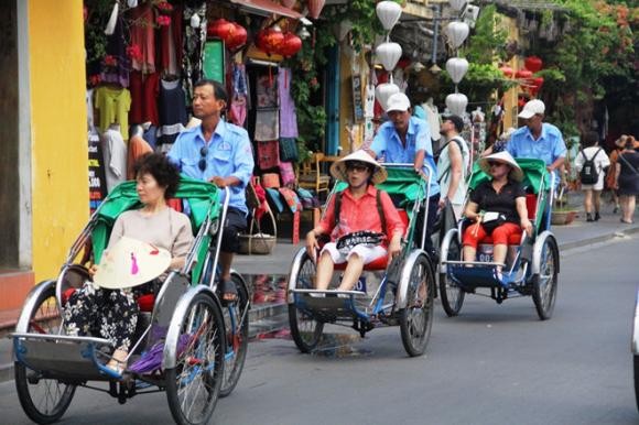 Xích lô đón đoàn khách Trung Quốc tham quan phố cổ Hội An trước khi dịch virus Corona bùng phát /// ẢNH: MẠNH CƯỜNG