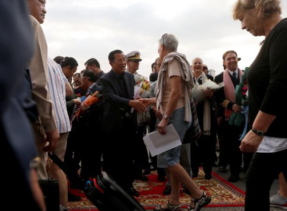 Thủ tướng Hun Sen bắt tay một nữ du khách từ du thuyền MS Westerdam /// Reuters