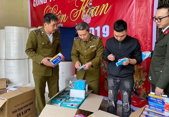 Cán bộ quản lý thị trường kiểm tra lô hàng khẩu trang y tế sản xuất từ giấy vệ sinh của Công ty Việt Hàn. Ảnh: M.K