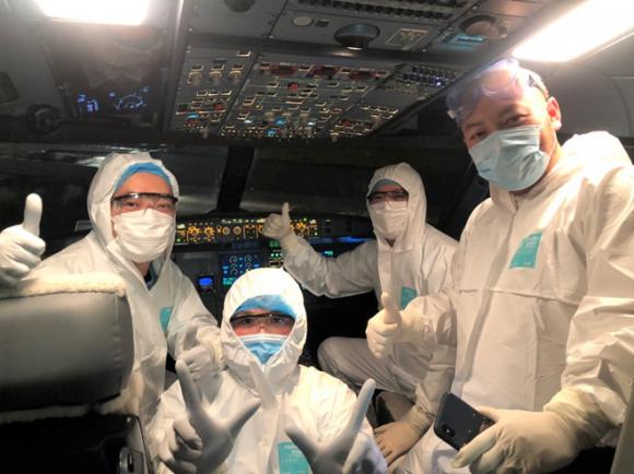 Các phi công của hãng Vietnam Airlines trang bị đồ bảo hộ trong chuyến bay từ Vũ Hán về /// Ảnh: Vietnam Airlines