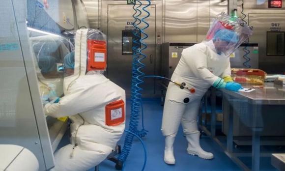 Các kỹ thuật viên làm việc trong phòng thí nghiệm của viện. Ảnh: Sun.