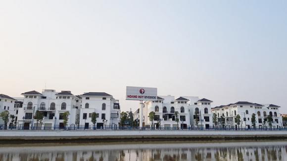 Sau khi được TP.Hải Phòng thanh toán 5,1 ha đất tại khu đất nhà máy đóng tàu sông Cấm, Công ty Hoàng Huy đã nhanh chóng xây dựng ở đây dự án bất động sản Hoàng Huy Riverside gồm dãy nhà ở liền kề và biệt thự hiện đại /// Ảnh Thanh Niên