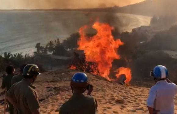 """Rừng ở khu vực """"vợ chồng N.Đ"""" cưỡng chiếm đất bị đốt cháy, lực lượng chức năng bất lực chỉ biết quay phim /// Ảnh: Cắt từ clip"""