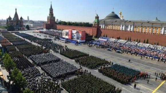 Nga đã nhân cơ hội lễ diễu binh kỉ niệm 75 năm Ngày Chiến thắng để tổ chức cuộc gặp mặt Bộ trưởng Quốc phòng Trung - Ấn (Ảnh: EPA).