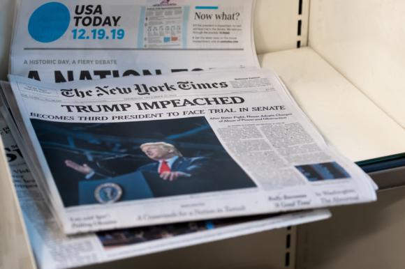 Hòa chung nhịp điệu với phe cánh tả, Twitter cũng chẳng cần che giấu hay ngần ngại thể hiện ý chí của mình bất chấp giới hạn đạo đức: ngăn chặn sự thật, phó mặc cho tin giả lan truyền, thúc đẩy sự hỗn loạn nhằm bôi nhọ danh dự, với mục tiêu cuối cùng là hạ bệ Tổng thống Trump. (Shutterstock)