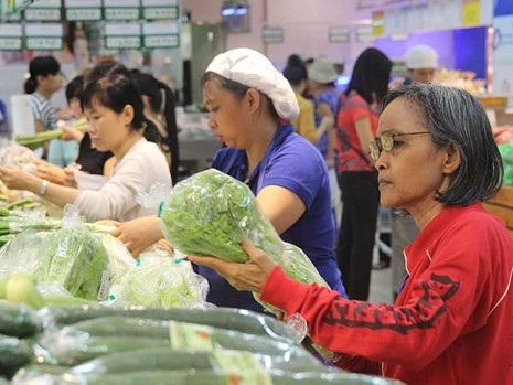 Hàng Việt chất lượng cao, an toàn thì không sợ hàng Trung Quốc. Trong ảnh: Người tiêu dùng mua nông sản sạch tại một siêu thị ở TP.HCM. Ảnh: HOÀNG GIANG