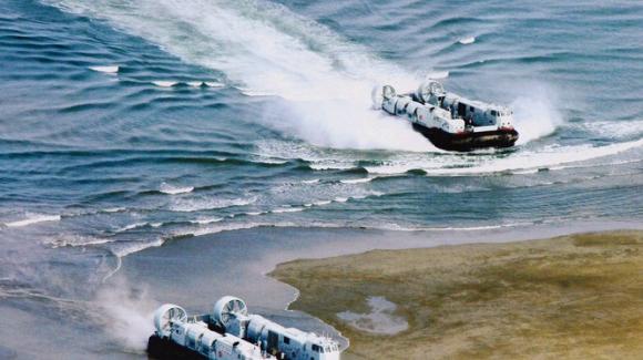 Tàu đổ bộ đệm khí cập bãi đổ bộ (Ảnh Đa Chiều).