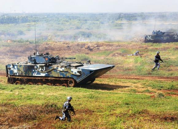 Xe bọc thép đổ bộ ZBD-05 trong một cuộc tập trận của Trung Quốc. /// ChinaMil