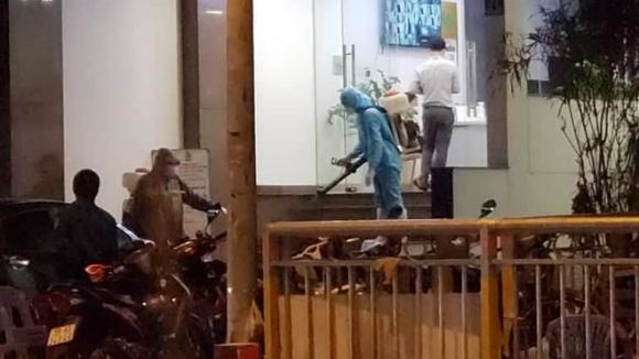Một số nhân viên mặc đồ bảo hộ đi vào trong khách sạn T.D.2 nằm trên đường Nguyễn Chí Thanh (Q.11) /// Ảnh: C.T.V