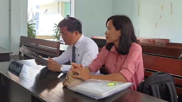 Bà Xuân cùng luật sư tại phiên tòa /// Ảnh: Huyền Mai