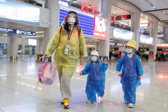 Bắc Kinh yêu cầu dân mắc COVID-19 ở đâu thì chữa ở đó, đừng về nước - Ảnh 1.