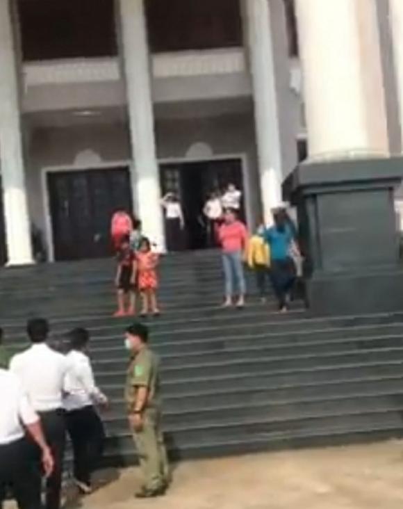 Bị tuyên án phạt tù, một bị cáo uống thuốc đòi tự tử tại tòa Bình Phước - Ảnh 2.