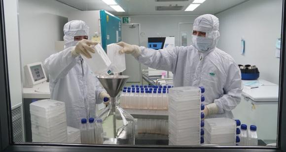 Các nhà khoa học trong nước đang hoàn thiện quy trình công nghệ, đảm bảo vắc xin ổn định về chất lượng /// ẢNH: NGỌC THẮNG