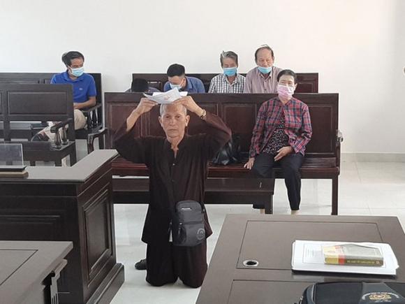 Ông Trần Hữu Sỹ quỳ gối ngay giữa tòa xin xét xử vụ kiện vào sáng 8.9 /// Ảnh: Gia Khánh