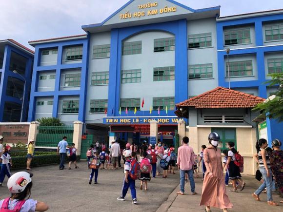 Đã vào học được hơn 2 tuần nhưng nhiều học sinh lớp 1 ở Trường tiểu học Kim Đồng (TP.HCM) vẫn chưa mua được đủ sách giáo khoa /// Ảnh: Nguyễn Loan