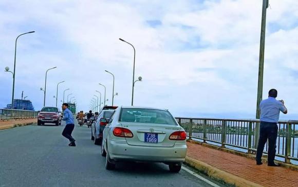 Thứ trưởng Nguyễn Đình Toàn lên tiếng về đoàn xe biển xanh dừng trên cầu Nhật Lệ - Ảnh 1.