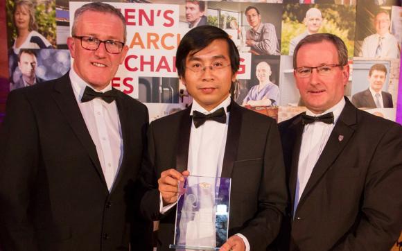 GS Dương Quang Trung (giữa) nhận giải thưởng Vice-Chancellors Research Prize năm 2016. Ảnh: University Queens Belfast.