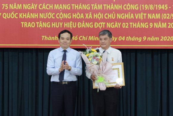 Ông Nguyễn Văn Đua, nguyên Phó Bí thư Thường trực Thành ủy TP HCM nhận huy hiệu 45 năm tuổi Đảng - Ảnh 1.