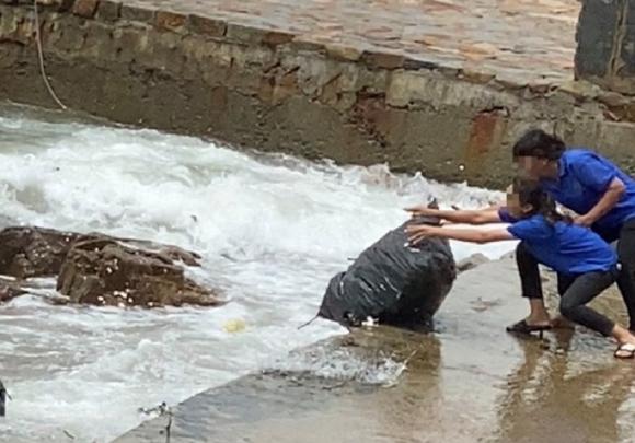Ngành chức năng ở Vũng Tàu bắt đầu xử lý việc vứt bao tải rác xuống biển
