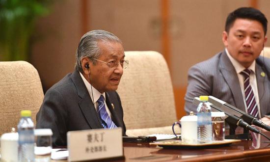 Thủ tướng Malaysia Mahathir Mohamad kiên quyết hủy bỏ một loạt dự án tiêu tốn 20 tỷ USD vay từ Trung Quốc vì quá đắt đỏ (Ảnh: Parker Song - Pool/Getty Images)