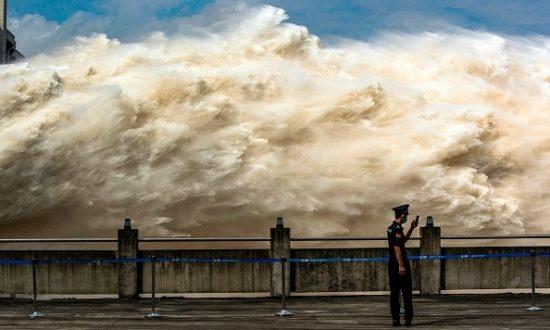 """Dai Qing, nhà phê bình lâu năm về dự án cho biết: """"Chính phủ xây một con đập nhưng lại phá hủy một con sông"""" (Ảnh: STR/AFP qua Getty Images)"""